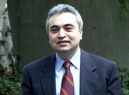Fatih Birol ist Chefvolkswirt der Internationalen Energieagentur (IEA) in Paris. Im Auftrag der Organisation für Wirtschaftliche Zusammenarbeit und Entwicklung (OECD) überwacht und dokumentiert die IEA unter anderem die Entwicklung an den internationalen Ölmärkten. Die OECD selbst analysiert und kommentiert im Auftrag von 30 Mitgliedstaaten die weltwirtschaftliche Entwicklungen. Birol, geboren 1958 in der Türkei, war für die Organisation erdölexportierender Länder (Opec) tätig, bevor er 1995 zur IEA wechselte.