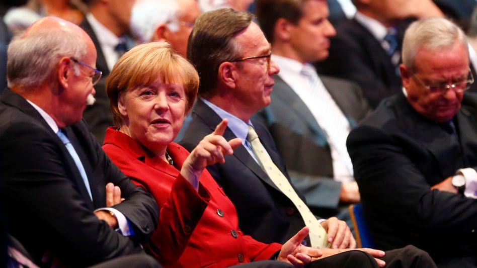 Tuchfühlung (Foto aus dem September 2013): VDA-Präsident Matthias Wissmann (3.v.r.) neben Kanzlerin Angela Merkel. Links: Daimler-Chef Zetsche. Rechts: Ex-VW-Chef Winterkorn.