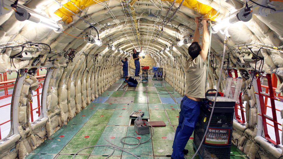 Airbus-Mitarbeiter montieren am Freitag im Werk in Hamburg-Finkenwerder einen Airbus A319