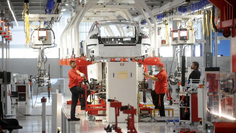 Tesla-Produktion in der US-Fabrik in Fremont: Wieder mehr Menschen statt nur Maschinen bei der Arbeit