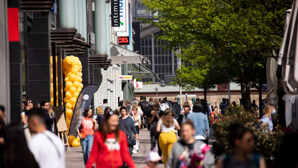 Passanten auf der Spitalerstraße in Hamburg am Donnerstag, 23. April