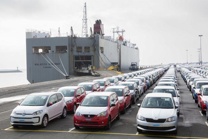 Exportautos im Hafen von Emden: Hoher Industrieanteil, hohe Exportquote und hohe Ausfuhr nach Asien - in allen drei Kategorien wird Deutschlands Wirtschaft derzeit belastet
