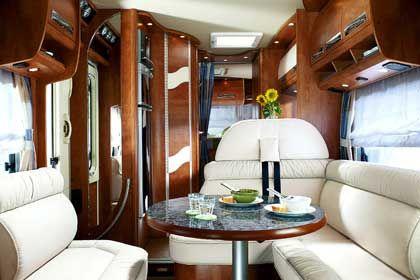 Maritimes Ambiente: Die edle Gestaltung des Innenraums mit Holz und Leder lässt eher an eine Jacht als an ein klassisches Wohnmobil denken