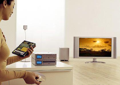 Hinfort, ihr schwarzen Kästen: Bis auf den Fernseher sind die Unterhaltungsgeräte - im Bild: Sharp - kaum größer als die Medien, die sie spielen