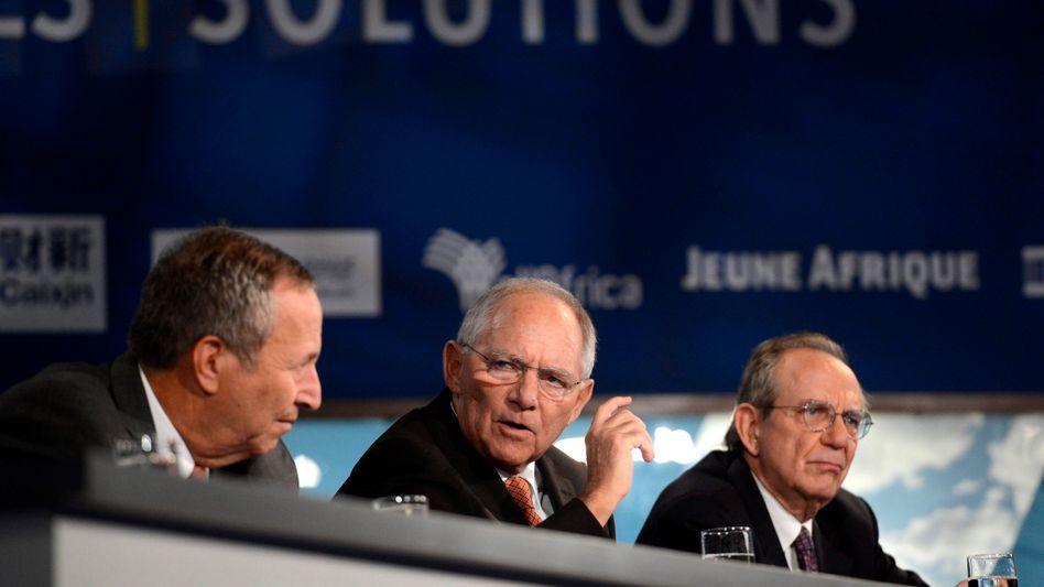 Unbequeme Position: Finanzminister Schäuble zwischen US-Ökonom Larry Summers (l.) und dem italienischen Kollegen Pier Carlo Padoan
