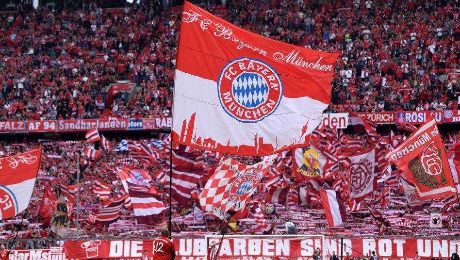 Fahnenschwenker: Fans des FC Bayern München bei einem Spiel gegen Bayer Leverkusen