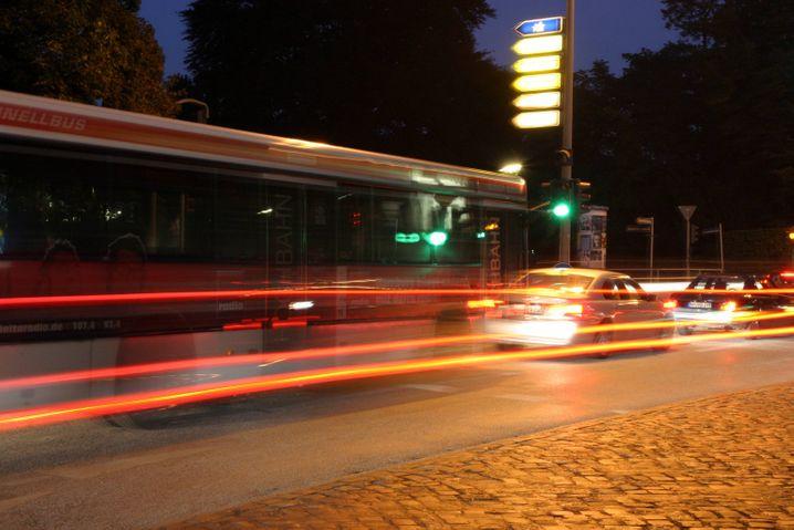 Nächtliche Stadt: Übermüdet fahren ist gefährlich