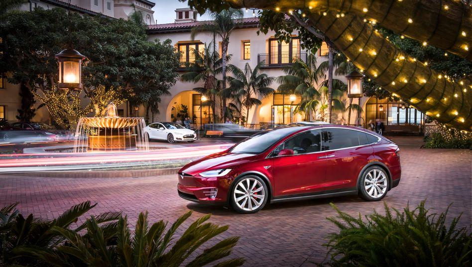 Tesla: Mit der Produktion des Model X kam man nur schwer in die Gänge - aktuell hinkt der Elektroautobauer, der 2016 bis zu 90.000 Autos ausliefern will, bei der Auslieferung hinterher