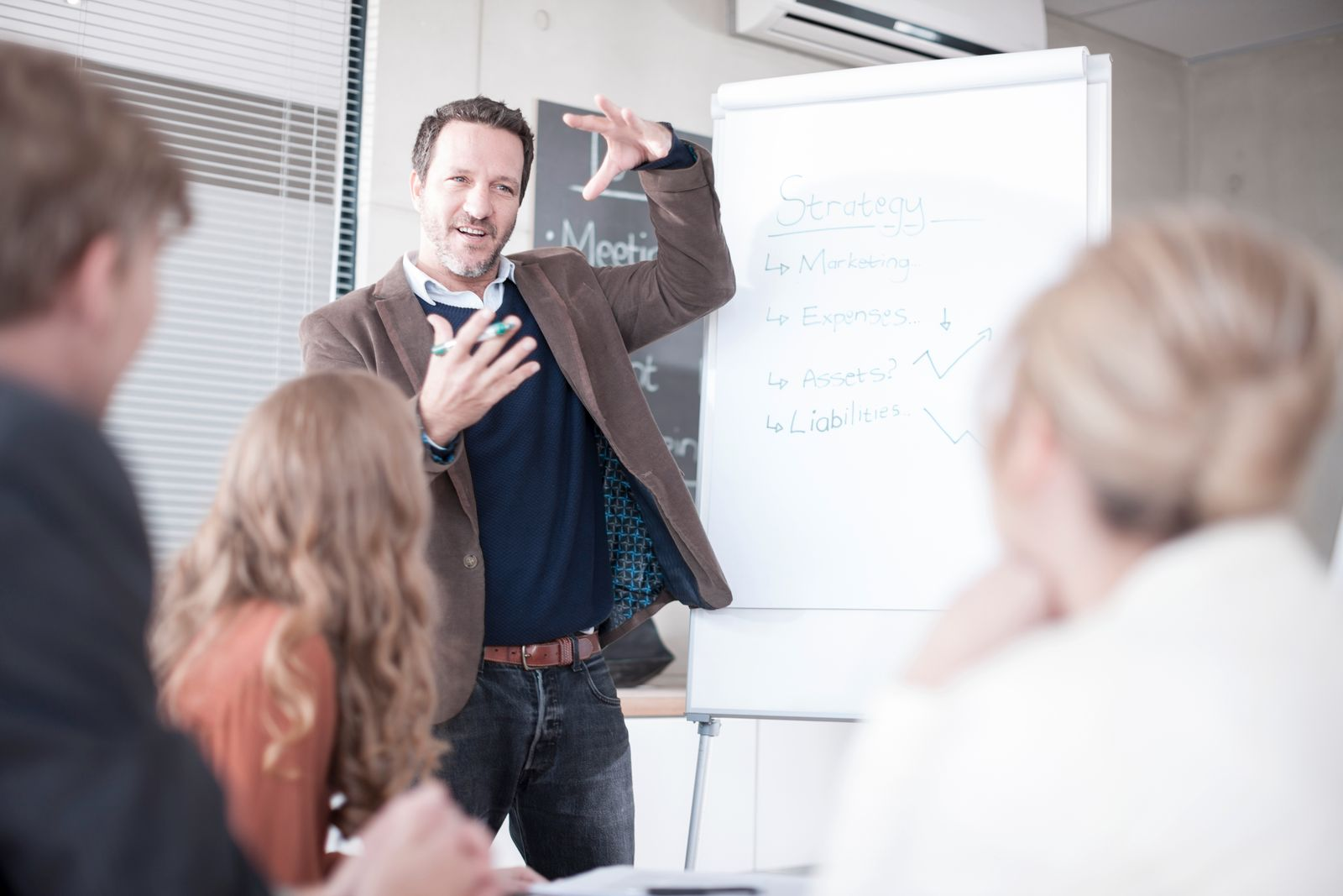EINMALIGE VERWENDUNG Manager hält Rede am Flipboard