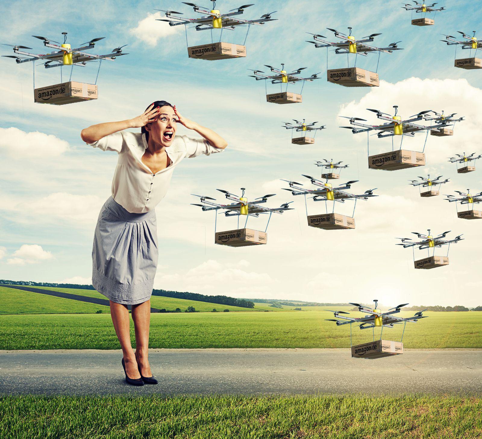 MONTAGE Panik / panische Frau Drohnen / Amazon