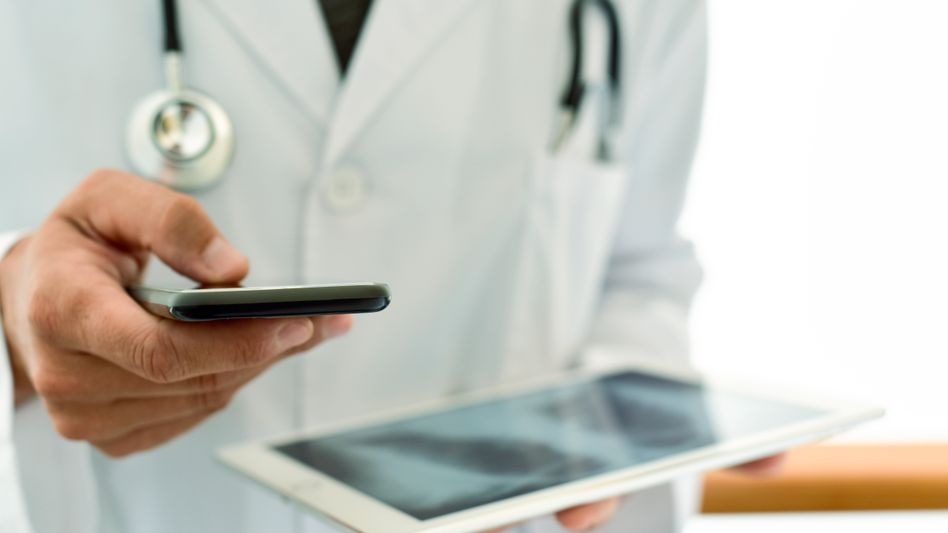 Arzt mit digitalem Röntgenbild: Digitale Gesundheitsdienste sind auf dem Vormasch.