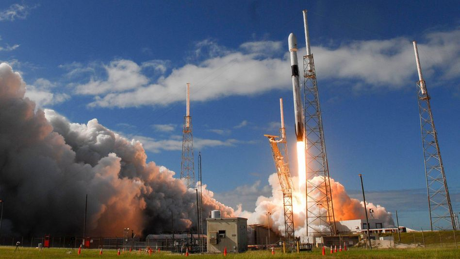 Satelliten:SpaceX schießt Hunderte Starlink-Satelliten ins All, um Nordamerika mit schnellem Internet zu versorgen.