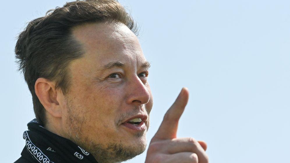 Bestens vernetzt, kann sehr gewinnend sein - aber auch skrupellos: So charakterisiert ein neues Buch Tesla-Chef Elon Musk (50), hier bei einem Kurzbesuch in Grünheide bei Berlin