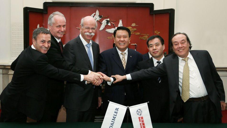 Partner sind Daimler und der chinesische Autobauer BAIC (Bild Archiv mit Ex-Chef Dieter Zetsche) schon lange. Jetzt streben die Stuttgarter an dem Gemeinschaftsunternehmen ...