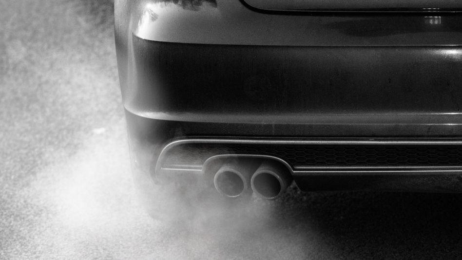 Abgase aus einem Auspuff: Daimler und VW werden bis zu 3000 Euro je Diesel-Nachrüstung zahlen