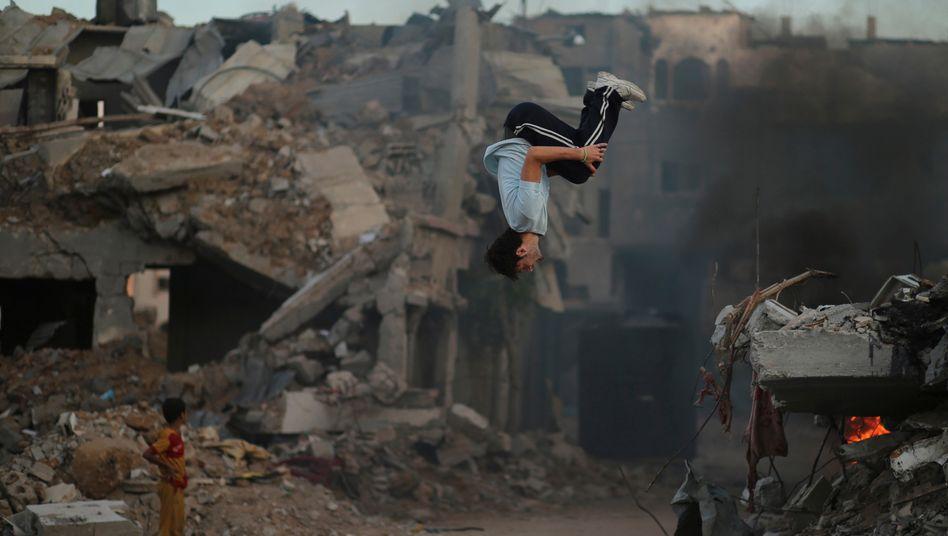 Gaza Stadt im Oktober: Palästinensische Jugendliche zwischen 13 und 17 Jahren vertreiben sich die Zeit in den Ruinen mit teils halsbrecherischen Übungen. 18.000 Häuser haben die Israelis zerstört, um sich gegen Raketenangriffe der Hamas zu wehren