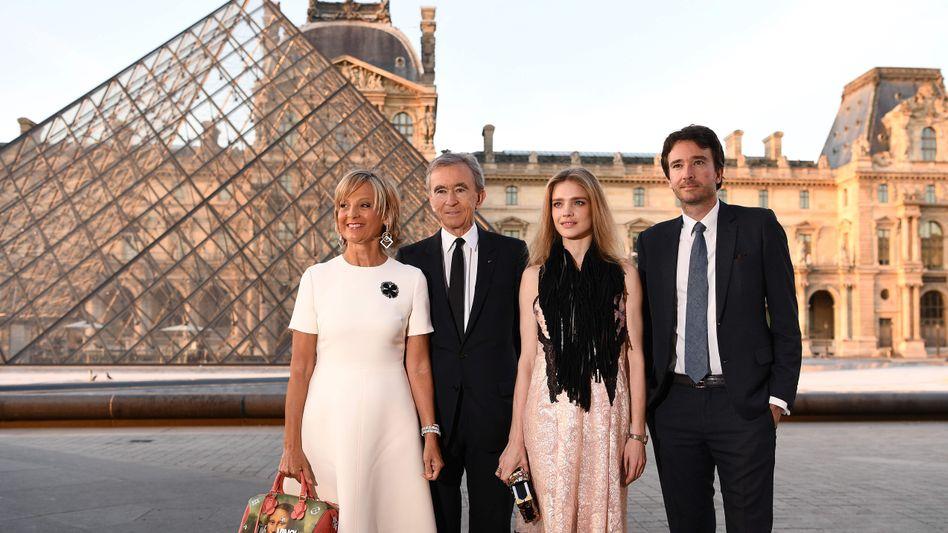 Bernard Arnault (zweiter von links) mit Ehefrau Helene Mercier-Arnault (links), Sohn Antoine Arnault und dessen Frau Natalia Vodianova am Pariser Louvre (Archivaufnahme, 2017)