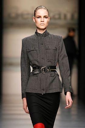Uniformstil: Häufig betont ein Gürtel bei den Jackenschnitten der Saison die Taille