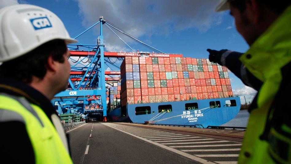 Wieder mehr zu tun: Der Welthandel legt zu - Hafenarbeiter wie hier in Hamburg können sich freuen.