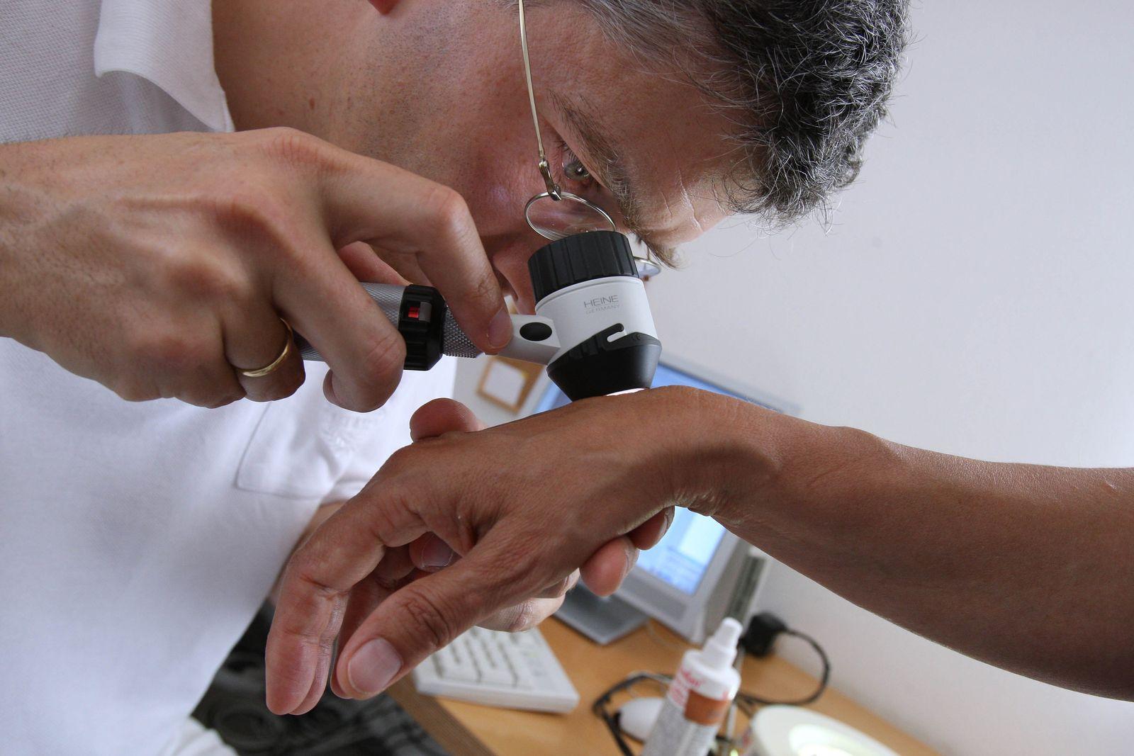Symbol / Untersuchung beim Hautarzt / Haustkrebs / Vorsorge / Prävention / Melanom