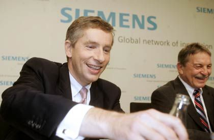 Wasser als Lebenselixier: Der Siemens-Chef nebst Unternehmenssprecher Eberhard Posner