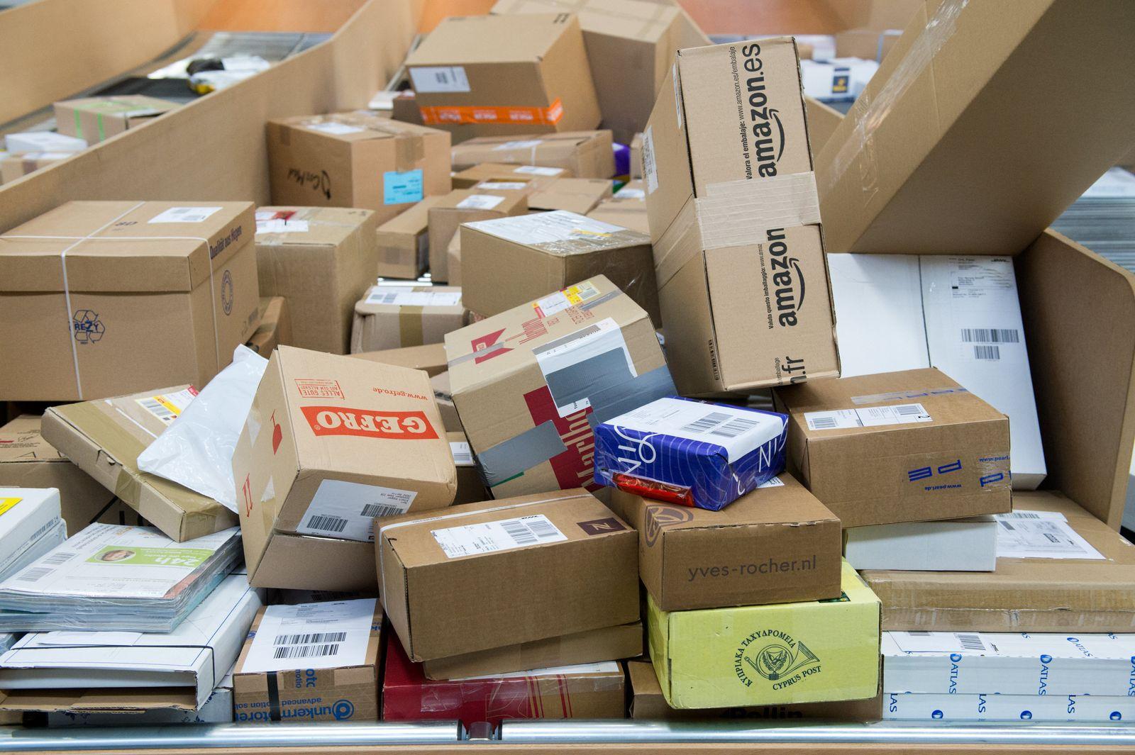 Pakete / Päckchen / Post / Logistik