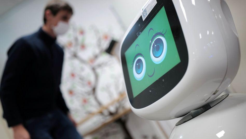 Roboter begrüßt Gäste einer Pflegetagesstätte der Caritas in Erlenbach am Main