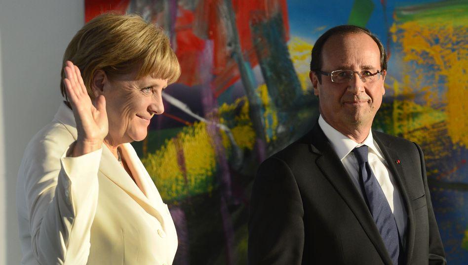 Vor dem Treffen mit Griechenlands Premier Antonis Samaras: Bundeskanzlerin Angela Merkel stimmt sich mit Frankreichs Staatschef François Hollande (r.) ab