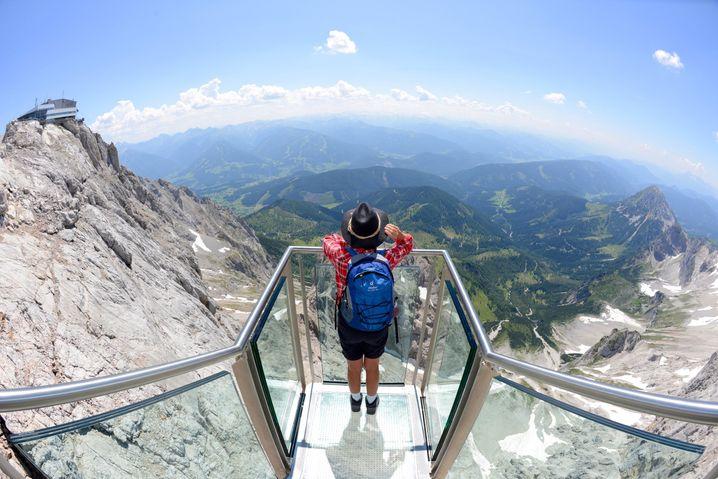 """Die """"Treppe ins Nichts"""" dockt an die Dachstein Hängebrücke an. Wer mit der Höhe keine Probleme hat, kann dort entspannt die Aussicht genießen."""