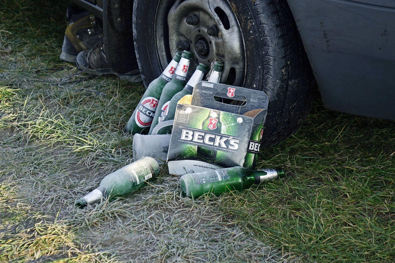 03 12 2017 Klaistow Brandenburg bereifte Bierflaschen an einem Autorad Auto Rad Autorad Bier