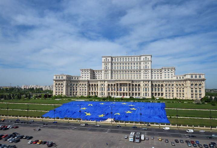 EU-Flagge vor dem rumänischen Parlament