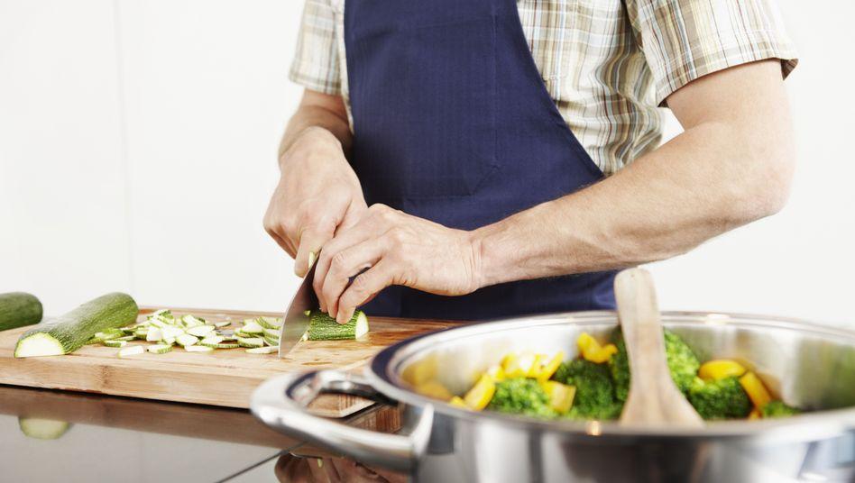 Kommt, kocht, serviert, räumt auf und geht wieder: Der Privatkoch bietet ein Rundum-Sorglos-Paket für den Gastgeber - falls überhaupt Gäste kommen. Manche Kunden lassen sich gern auch mal allein zu Hause bekochen.