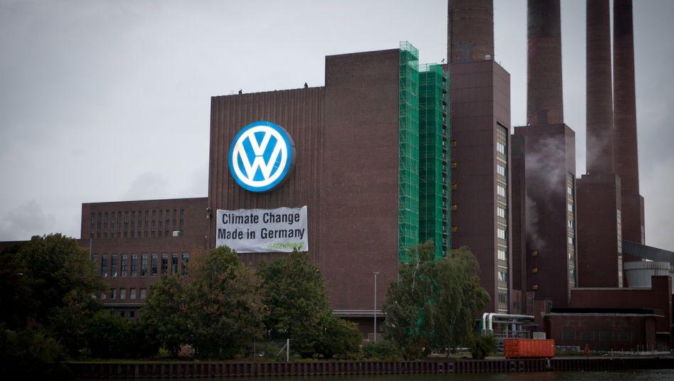 Transparent der Greenpeace-Aktivisten: Die Umweltorganisation fordert Volkswagen auf, strengere Vorschriften für den CO2-Ausstoß von Autos nicht zu blockieren
