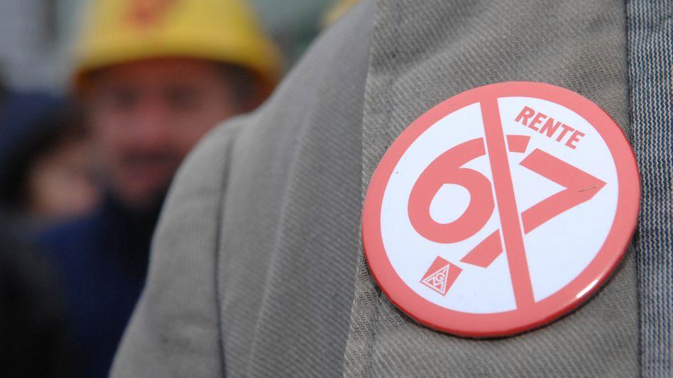 Noch ein Jahr obendrauf? Die Proteste gegen die Rente mit 67 sind verstummt. Gegen eine weitere Anhebung des gesetzlichen Renteneintrittsalters auf 68 Jahre gibt es nun erheblichen Widerstand