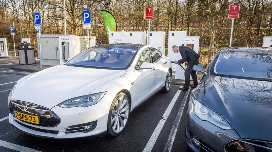 Längst Alltag in niederländischen Städten: E-Fahrzeuge laden auf