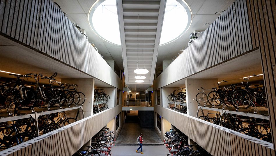 """Fahrradparkhaus """"Stationpleinstalling"""" in Utrecht: Das dreistöckige Parkhaus hat Platz für 12.500 Fahrräder"""
