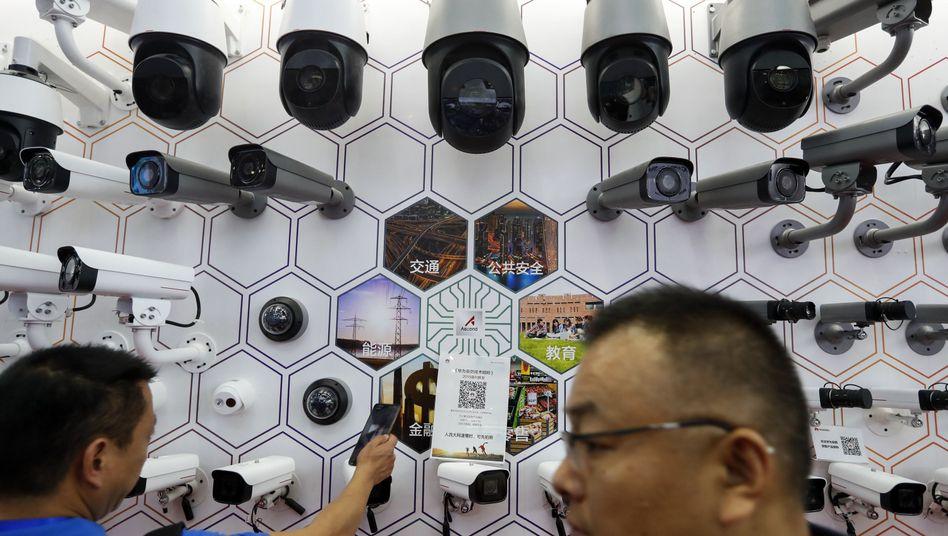 Überwachungskameras von Huawei auf einer Messe in China