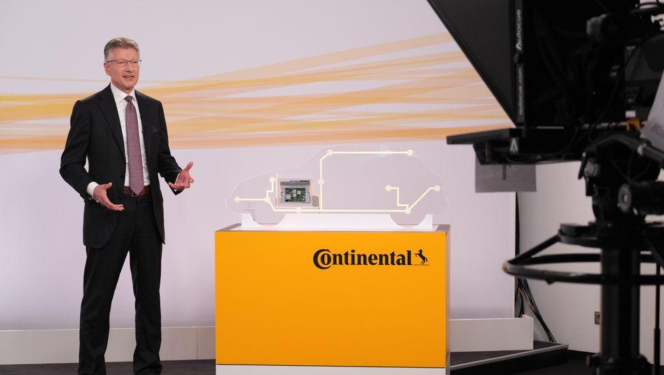 Continental-Chef Elmar Degenhart blickt auf der Online-Hauptversammlung eher mit Skepsis in die Zukunft. Im Zuge des Konzernumbaus und der Neuausrichtung des Autozulieferers will er jährlich 500 Millionen Euro einsparen.