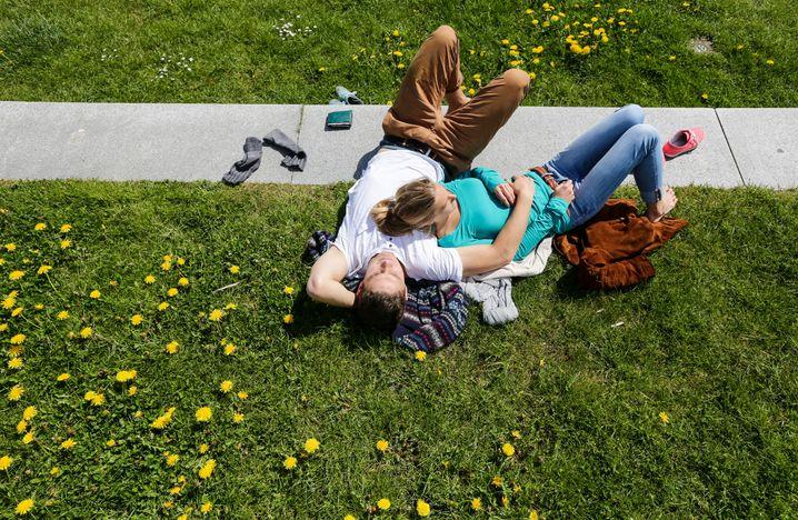Pärchen in der Sonne: Im Berufsalltag kommt der Partner oft zu kurz