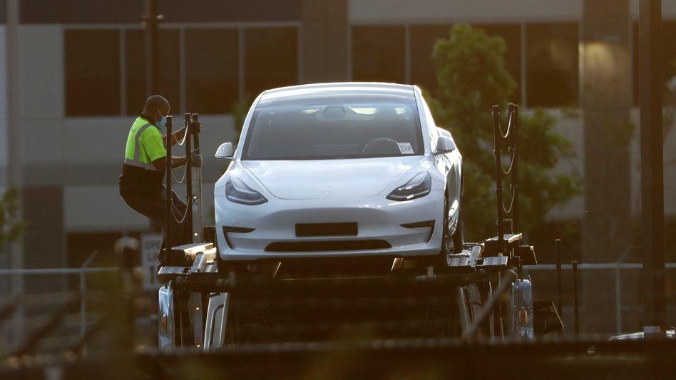 Tesla Model 3: Der Autobauer streitet vor Gericht über die Werbung für sein Fahrassistenz-System.