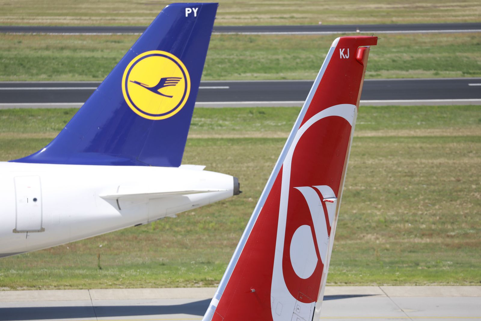 FILES-GERMANY-AVIATION-INSOLVENCY-TOURISM-AIRBERLIN-LUFTHANSA
