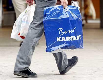 Werbespruch mit unbeabsichtigtem Unterton: Karstadt-Konsument mit akuteller Tüten-Kreation