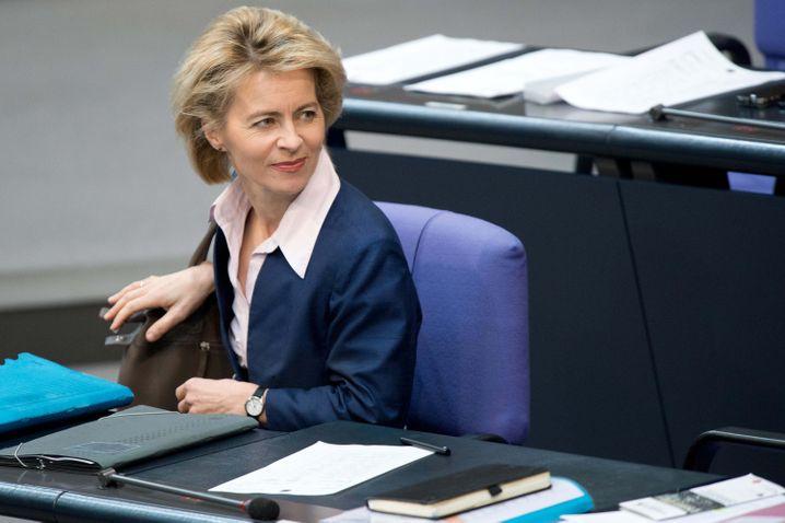 Ursula von der Leyen (CDU, 55 Jahre) ist eine der prominentesten CDU-Politikerinnen. Wegen des Zugriffs der SPD auf ihr Arbeitsministerium wechselt sie nun ins Verteidigungsressort. Sie ist die erste Frau in diesem wichtigen Amt - und demonstriert damit auch ihre Ambitionen auf höhere Weihen.