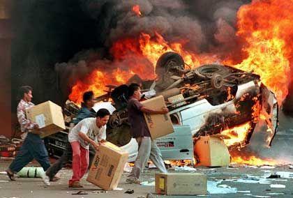Plünderungen während Asiens Währungs- und Finanzkrise 1998: Demonstration gegen die Wirtschaftspolitik der indonesischen Regierung wird zur Straßenschlacht