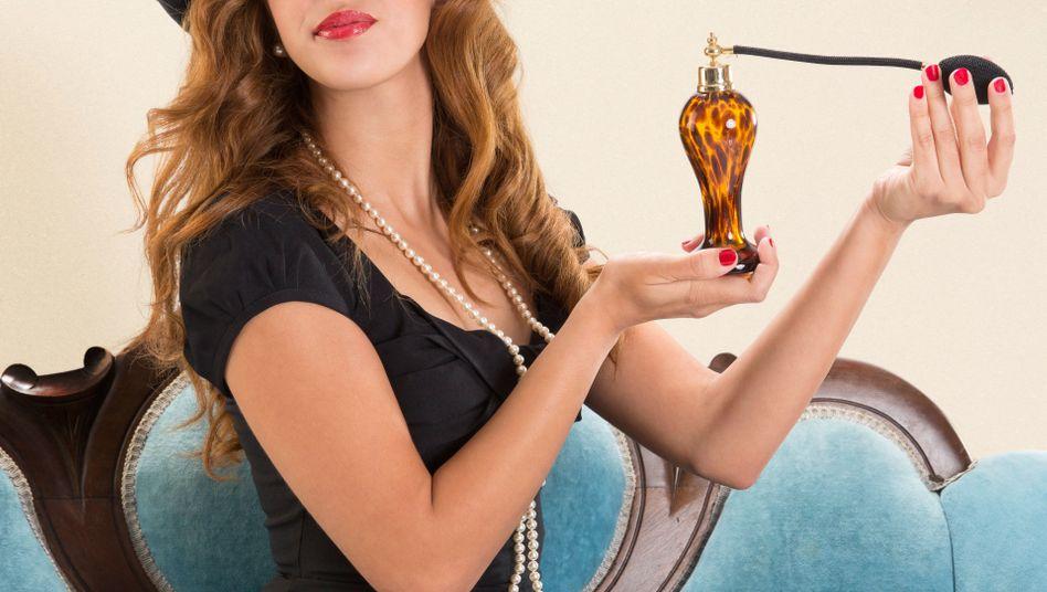 Duften ist schön, stark riechen ist nicht so toll. Beim Parfüm gilt: Lieber einmal weniger auf den Zerstäuber drücken.