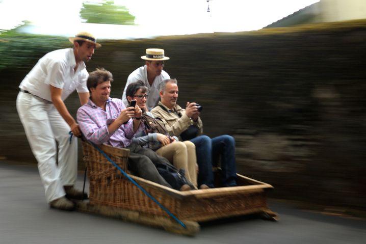 Rasante Fahrt: In Korbschlitten geht es in Funchal ins Tal.