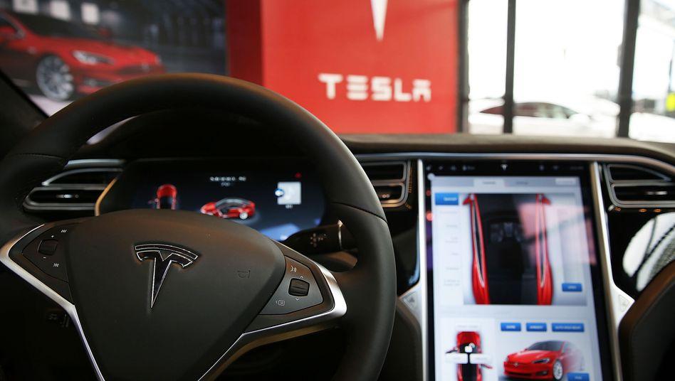 """Die """"Autopilot""""-Technik im Tesla ruft jetzt die deutsche Wettbewerbszentrale auf den Plan"""