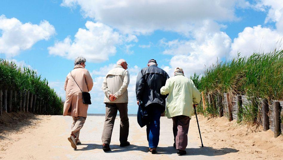 Rentner an der Nordsee: Was wäre, wenn Beamte auch in die gesetzliche Rente einzahlen?