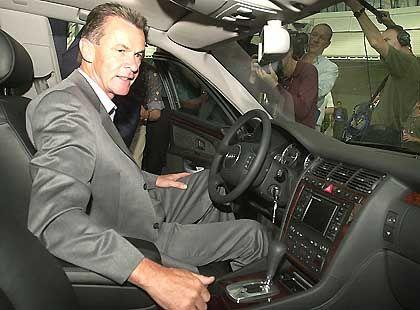 Think big: Cheftrainer Ottmar Hitzfeld in seinem Audi A8