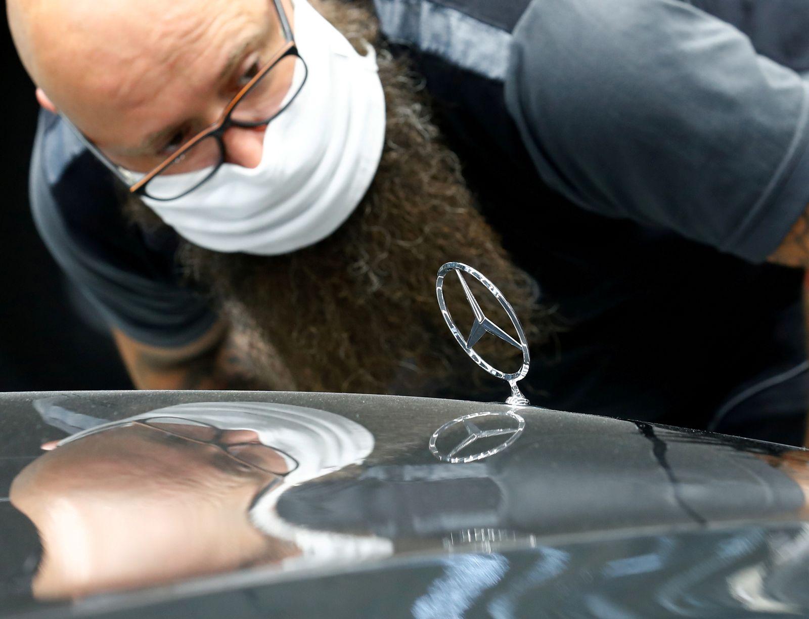 FILE PHOTO: Daimler's Mercedes-Benz presents new S-Class